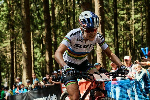 Kate Courtney spinge forte sui pedali a Nove Mesto