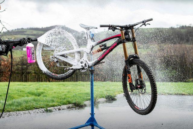 Muc-Off Pressure Washer in azione
