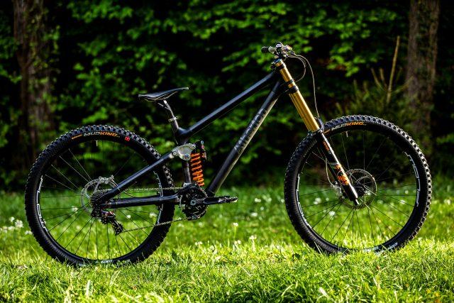 Il prototipo della bici da DH di Atherton Bikes, equipaggiata FSA