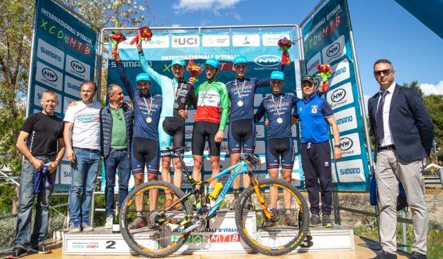 Il podio della gara Open maschile: al centro Nicholas Pettinà, Stephane Tempier, Gerhard Kerschbaumer, Luca e Daniele Braidot e il CT della Nazionale Italiana Mirko Celestino