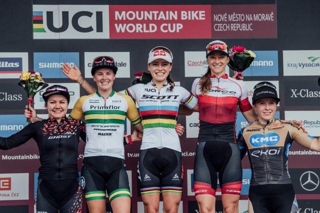 Il podio femminile di Nove Mesto: Sina Frei 4^, Rebecca Mc Connell 2^, Kate Courtney 1^, Haley Smith 3^, Malene Degn 5^