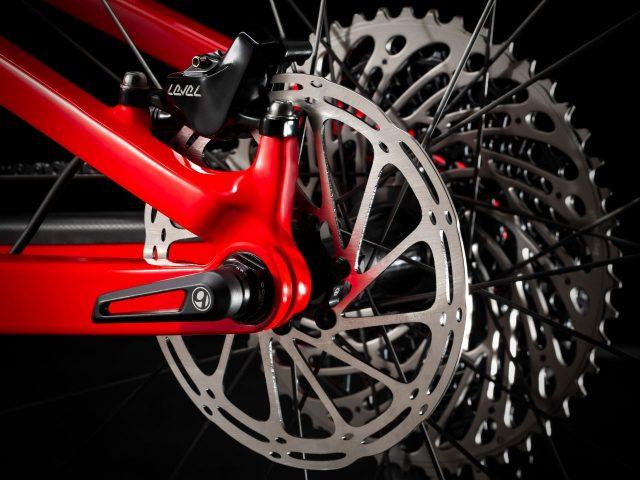Tecnologia Active Braking Pivot con perno concentrico con l'asse ruota, da anni un tratto distintivo delle full suspended Trek