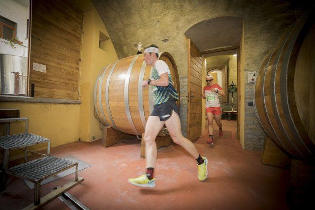 Andrea Prandi scatenato tra le botti di una delle aziende vinicole attraverso cui correre lungo il percorso