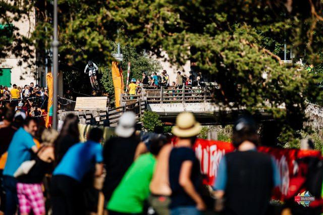 Il folto pubblico affolla gli ultimi metri del percorso gara proprio nel cuore del paese di Canazei
