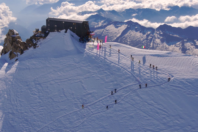 Un passaggio degli atleti al punto più altro dell'edzione 2018, la Capanna Margherita a 4.554 mt. s.l.m.