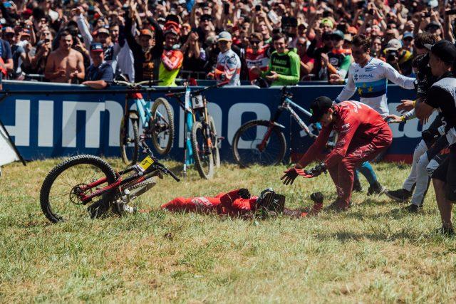 Amaury Pierron crolla dopo la finish line dopo una run corsa sempre al limite che gli ha regalato la vittoria