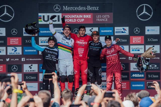 Il podio della gara DH maschile a Les Gets: 4° Troy Brosnan, 2° Loic Bruni, 1° Amaury Pierron, 3°, Laurie Greenland, 5° Loris Vergier