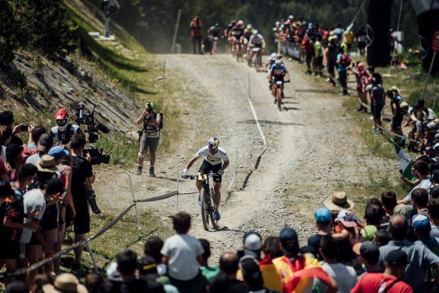 Henrique Avancini impegnato sulla secca e polverosa pista XC di Vallnord