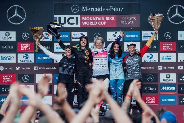 Il podio femminile a Les Gets: 4^ Eleonora Farina, 2^ Marine Cabirou, 1^ Tracey Hannah, 3^ Mariana Salazar, 5^ Nina Hoffmann