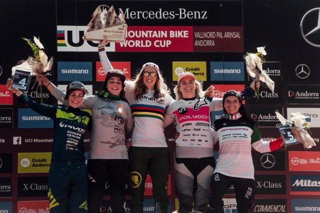 Il podio Elite Women di Vallnord: 4^ Emilie Siegenthaler, 2^ Marine Cabirou, 1^ Rachel Atherton, 3^ Tracey Hannah, 5^ Eleonora Farina