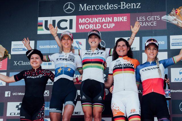 Il podio XCO femminile a Les Gets: 4^ Sina Frei, 2^ Jolanda Neff, 1^ Kate Courtney, 3^ Elisabeth Brandau, 5^ Pauline Ferrand Prevot