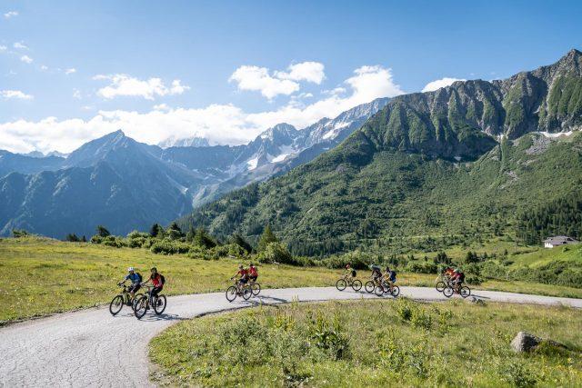 Alcuni dei partecipanti dell'edizione 2018 immersi nello spettacolare scenario naturale dell'Alta Valle Camonica e Alta Val di Sole - foto: Giacomo Podetti