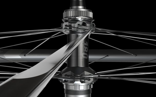 DT Swiss 1200 Spline: focus sui raggi a testa dritta, con sezione a lama