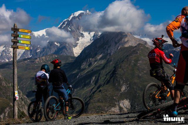 L'inconfondibile sagoma del Monte Bianco domina dall'alto