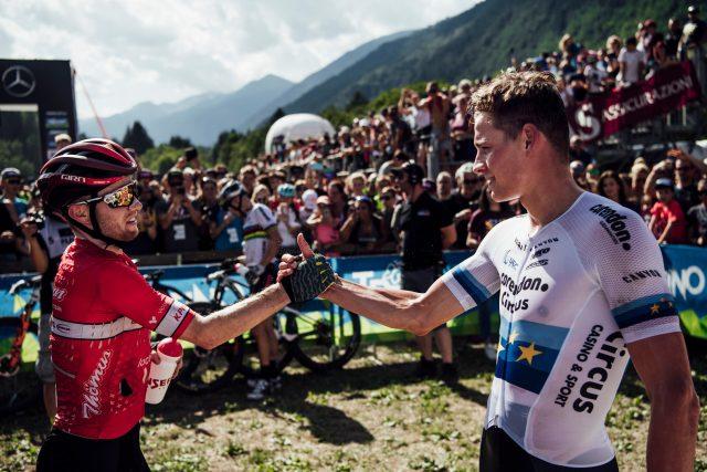 Mathias Flueckiger, 2°, si congratula con il vincitore Mathieu Van der Poel