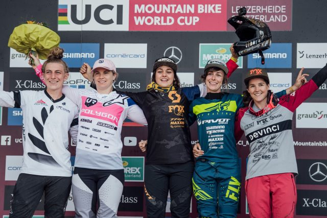 Il podio femminile della World Cup DH di Lenzerheide: 4^ Kate Weatherly, 2^ Tracey Hannah, 1^ Marine Cabirou, 3^ Emilie Siegenthaler, 5^ Camille Balanche