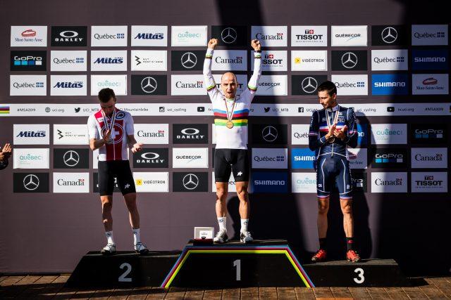 Il podio della gara Elite Men XCO ai Mondiali 2019 di Mont-Sainte Anne: 2° Mathias Flueckiger, 1° Nino Schurter, 3° Stephane Tempier