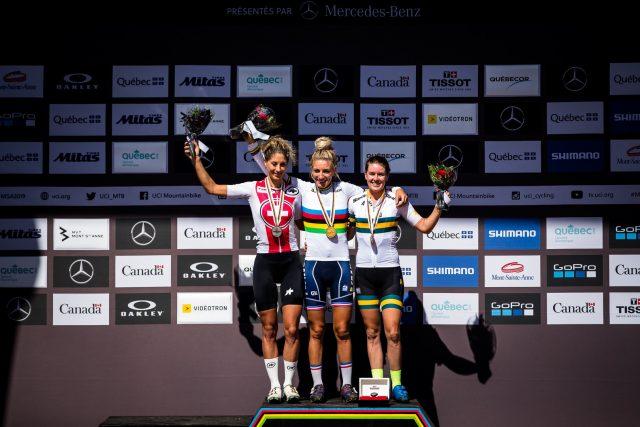 Il podio dei mondiali Women Elite XCO 2019: 2° Jonanda Neff, 1° Pauline Ferrand-Prévot, 3° Rebecca McConnell