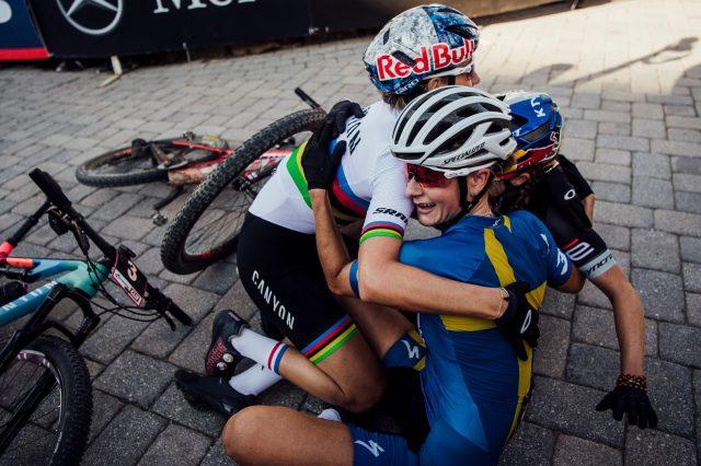 L'emozionante abbraccio a fine gara XCC tra Jenny Rissveds e la neo campionessa del mondo XCO Pauline Ferrand-Prevot