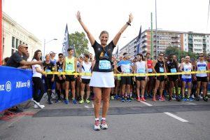"""L'Assessore allo Sport del Comune di Milano Roberta Guaineri entusiasta poco prima della partenza della 25k. Grande spirito da parte dell'assessore che dimostra di essere sempre più coinvolta nelle iniziative che """"muovono"""" Milano."""
