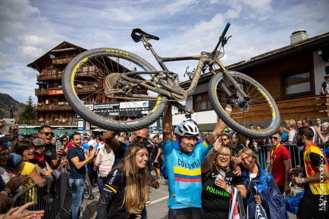 Leo Paez porta in trionfo la sua Giant Anthem 29 - foto: Michele Mondini