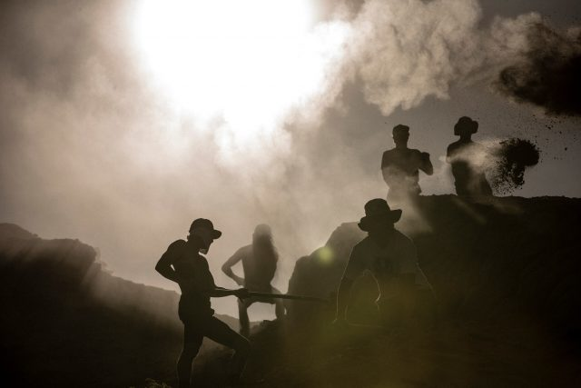 Team di trail builder al lavoro nel deserto dello Utah per la Red Bull Rampage 2019
