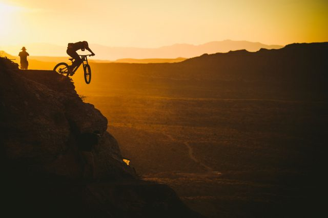 Brett Rheeder prova al tramonto la sua linea per la Rampage 2019