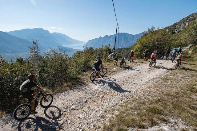 I partecipanti a Emtb Adventure affrontano un tratto di percorso panoramico nel cuore del Garda Trentino - foto: Mila Matavz