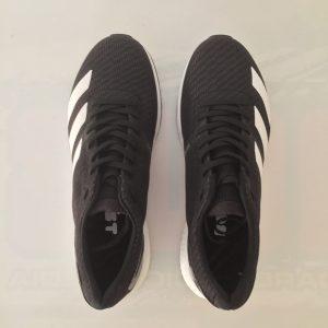 Le nuove Lo shape indubbiamente filante delle nuove adidas Adizero Boston 8. Lo shape filante non deve ingannare, infatti la zona del toe box è ben sviluppata e il piede trova grande comfort anche in questa scarpa racer.