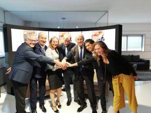 Foto di gruppo tra i firmatari dello storico accordo di ieri nella sede di Confindustria
