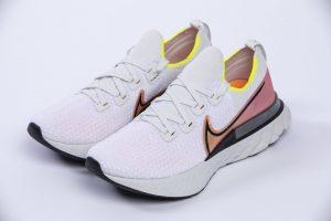 La Nike React Infinity Run è quasi una slip on con allacciatura a asole esterne che dà il giusto sostengo ai piedi senza invadere la tomaia