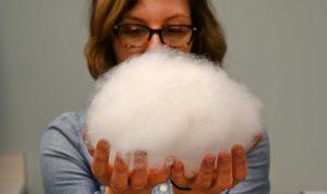 Tara Maurer, si nasconde orgogliosa dietro a una nuvola di materiale isolante Primaloft. Con Primaloft P.U.R.E. viene raggiunta un'altra frontiera silenziosa verso un mondo migliore e meno inquinato! Primaloft si dimostra una volta di più FATII e non PAROLE!