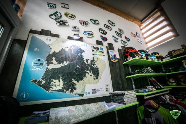 L'interno del noleggio e la mappa del Punta Ala Trail Center @PuntAla Camp & Resort 2019 - Foto: Nicola Damonte