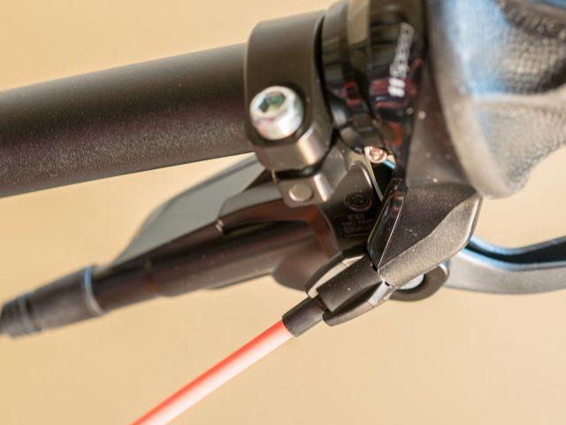 Agite sul pomello del comando cambio per variare la tensione del cavo