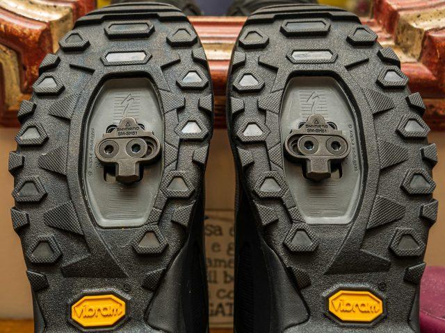 Spostando le tacchette verso l'interno si allarga la posizione ottenendo una sensazione di superiore stabilità sulla bici