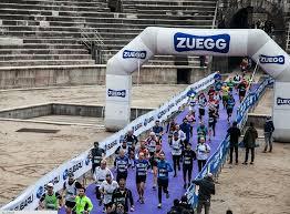 Una fase di gara della Il logo della Gensan Giulietta&Romeo Half Marathon con Zuegg sponsor