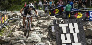 Jordan Sarrou impegnato sullo spettacolare circuito di La Thuile - foto: Michele Mondini