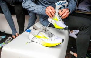 La leggerissima Brooks Hyperion Elite, meno di 200 grammi! durante i test di Amsterdam