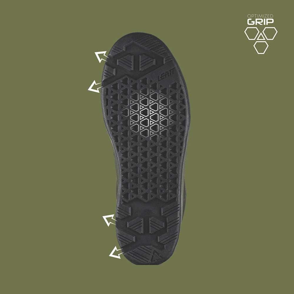 I canali di drenaggio per il fango permettono la massima aderenza tra la scarpa e il pedale.