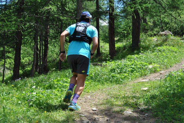 IL nostro tester Marco Bassi in azione durante un allenamento tra i boschi della Valtournenche in Valle d'Aosta