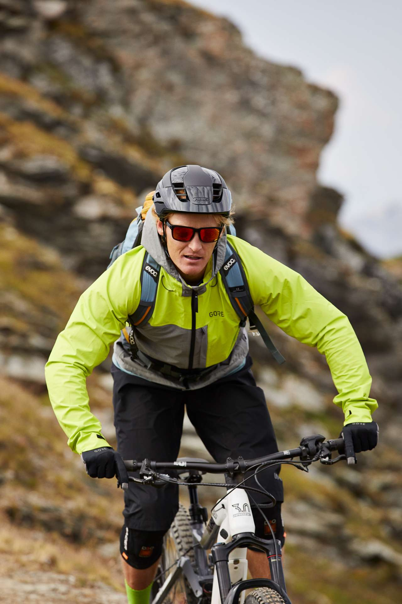 Pantaloncini Gore® C5 Gore-Tex Paclite Trail e la giacca con cappuccio Gore® C5 Gore-Tex Trail