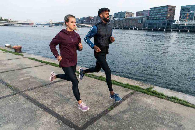 Correre ovunque: nella foto di ASICS una bella azione di due runner lungo i canali di Amsterdam, sede europea del brand giapponese.