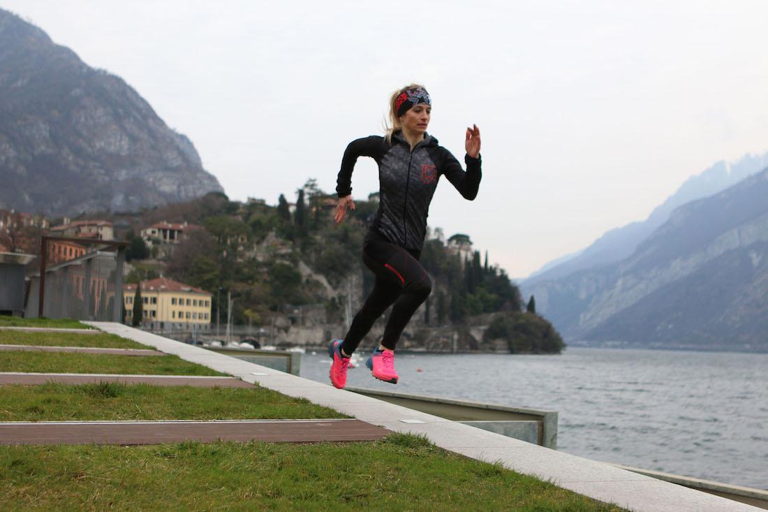 Scegliere la scarpa da running giusta per correre come Maddalena in piena azione con i capi lunghi di Rock Experience