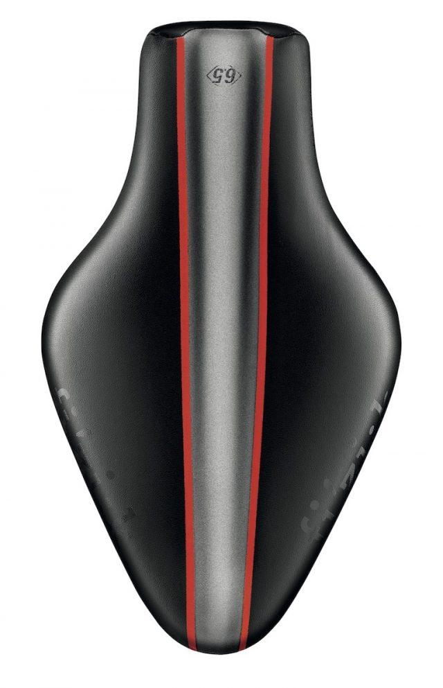 In foto la sella Tritone 6.5 di Fizik, sella rivoluzionaria a punta mozza, molto apprezzata nel mondo del triathlon