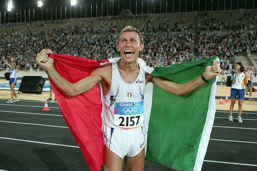 Gli occhi di Stefano Baldini pochi istanti dopo la strepitosa vittoria alla maratona olimpica di Atene 2004. Oggi per Stefano Correre ovunque è un'abitudine, ma proviamo a pensare quanti chilometri avrà speso nel magico anello di tartan di una pista di atletica!