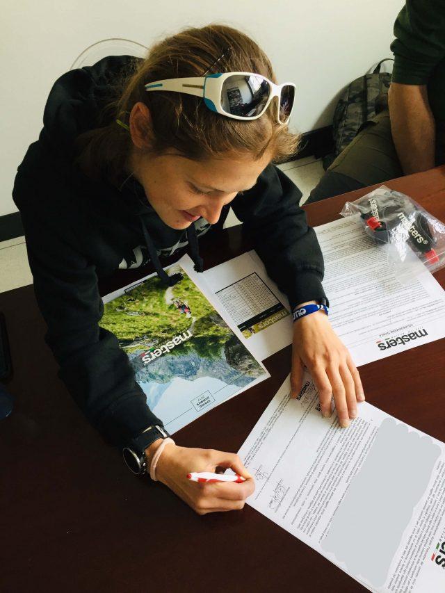 Yulia Baikova il giorno della firma del nuovo contratto di sponsorizzazione con Masters poles. La frote atleta del Team International Vibram è estremamente attiva anche come organizzatrice di eventi e di attività di Nordic Walking di cui è istruttrice.