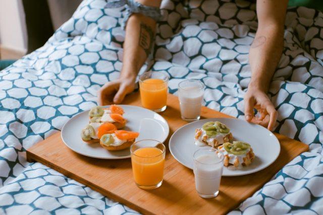 Vitamina C, ricordiamoci di assumerla fresca altrimenti perde le proprie carattersitiche a contatto con l'ambiente, oppure affidiamoci agli integratori