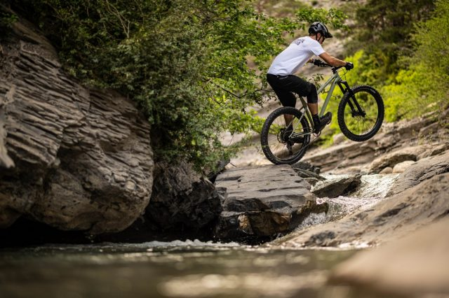 Commencal Meta HT AM Essential - action 1