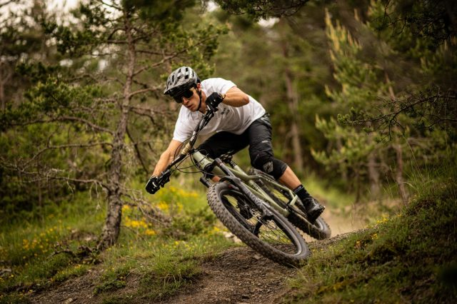 Commencal Meta HT AM Essential - action 2