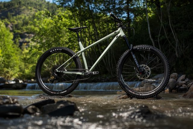 Commencal Meta HT AM Essential - lifestyle
